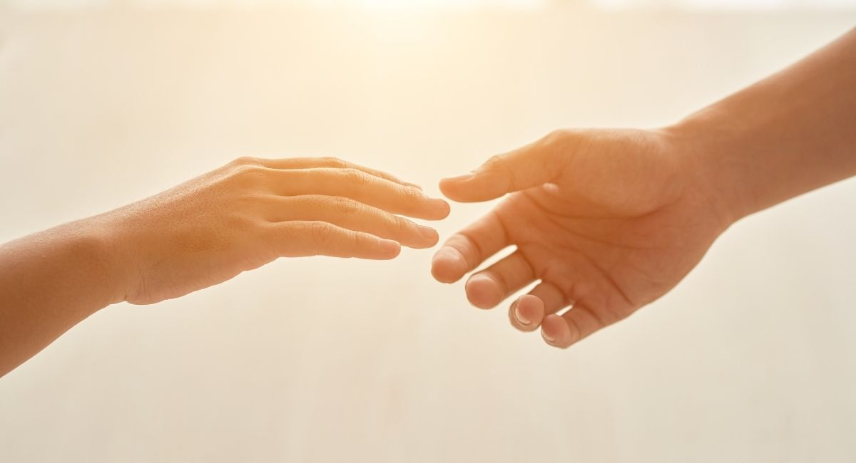6 maneras en las que ayudar es bueno para la salud