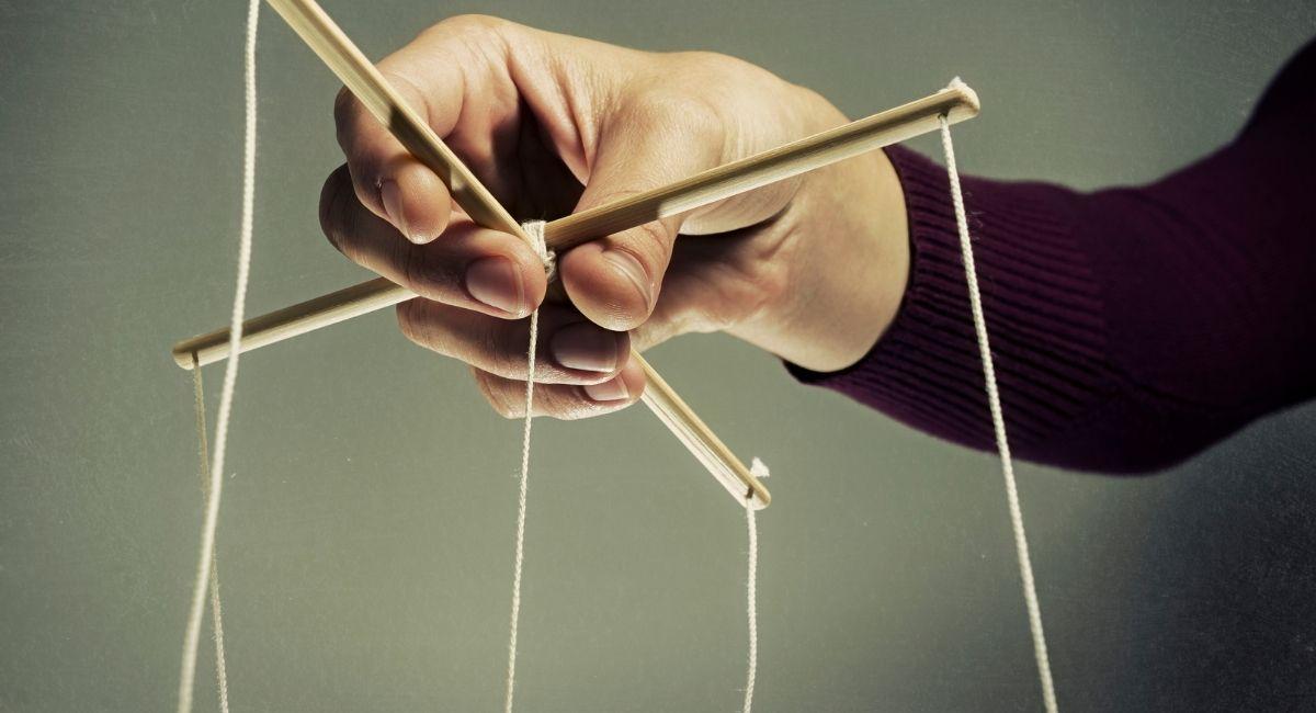 5 Frases de manipuladores para hacerte sentir loco/a