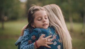 Investigación revela que los niños que reciben más abrazos tienen el cerebro más desarrollado